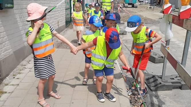 Kinderen van GO! Basisschool De Wereldbrug ruimen zwerfvuil in hartje Eine