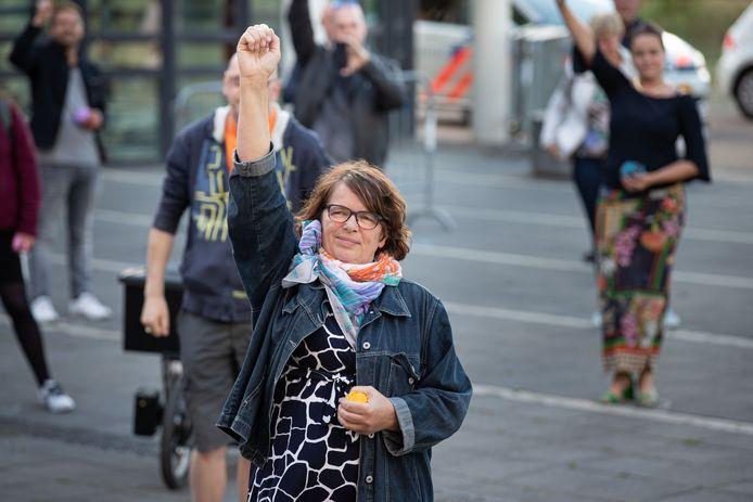Demonstratie Kleurrijk Kampen (anti-racisme, anti discriminatie) bij het stadhuis aan het Berghuisplein in Kampen.