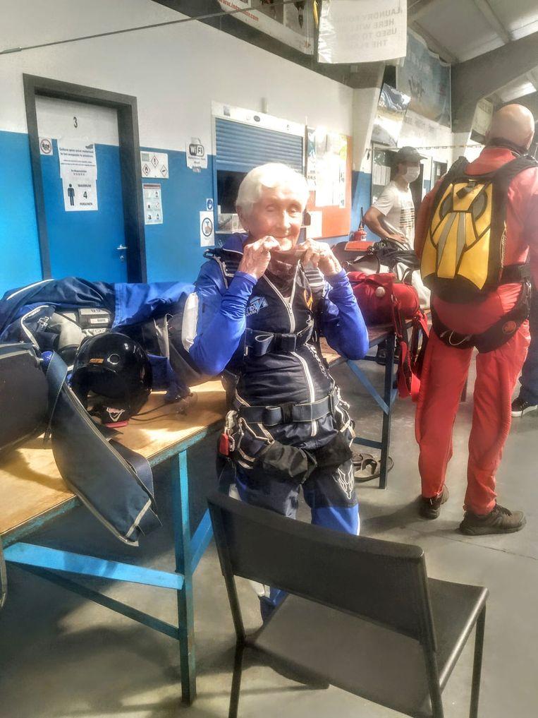Jacqueline maakt zich klaar voor haar parachutesprong.