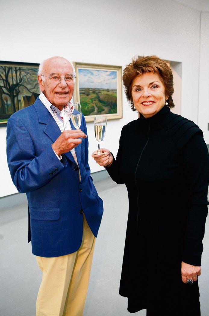 Oud-presentatoren Cees van Drongelen (L) en Nelleke van der Krogt tijdens een jubileumviering van het AVRO-programma Tussen Kunst en Kitsch.