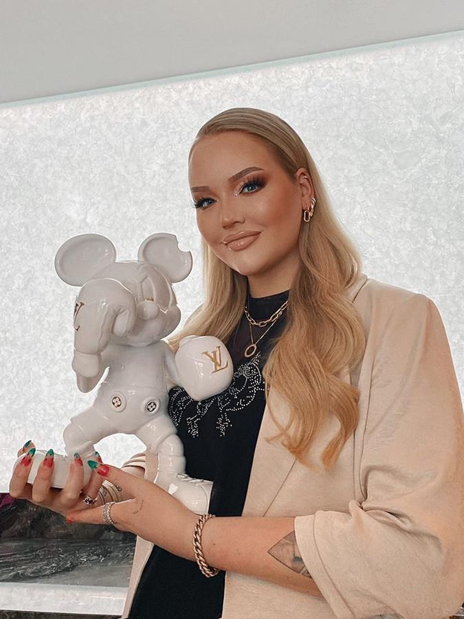 Nikkie de Jager met een boksende Mickey Mouse, van de hand van kunstenaar Jorn van Hoorn.