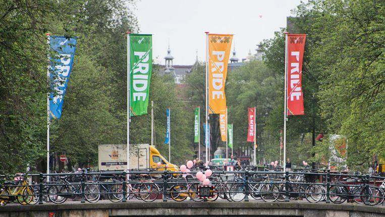 De vlaggen die op de bruggen wapperen, hebben geen regenboogkleuren: een gemiste kans. Beeld Charlotte Odijk