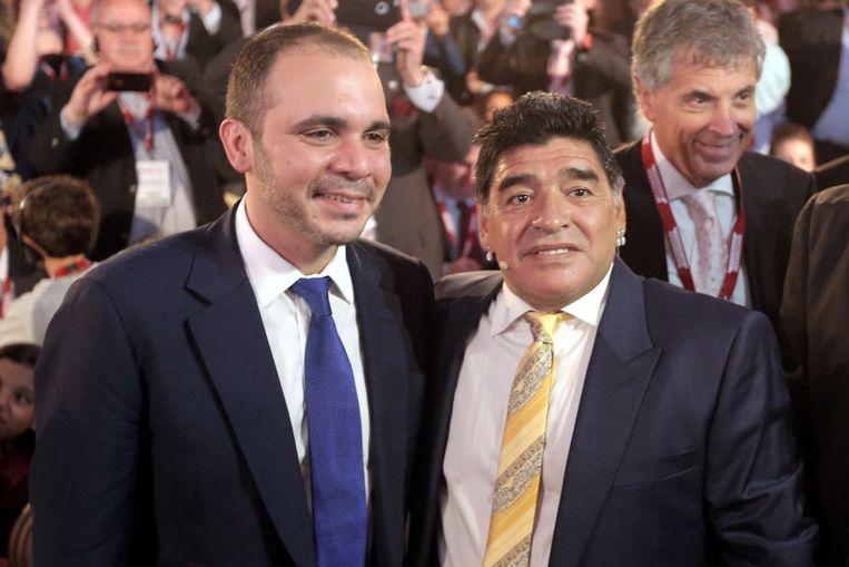 Ali bin Al-Hussein samen met voetballegende Diego Maradona tijdens het FIFA-congres in Azië. Beeld afp
