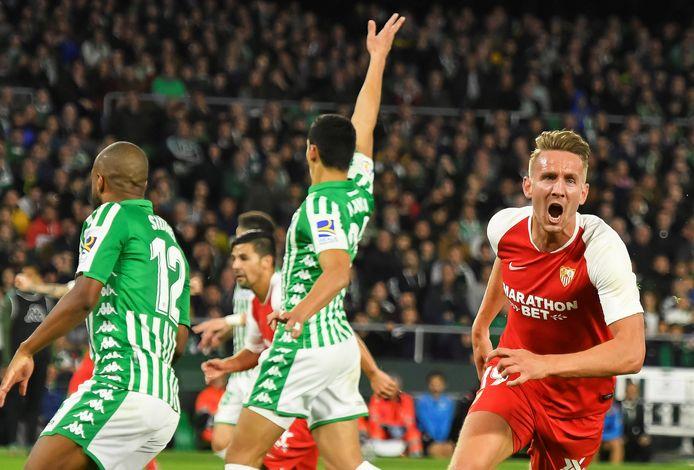 Luuk de Jong viert zijn goal tegen Real Betis.