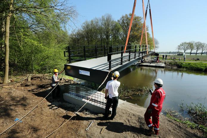 De aanleg van de nieuwe brug over de Mark.