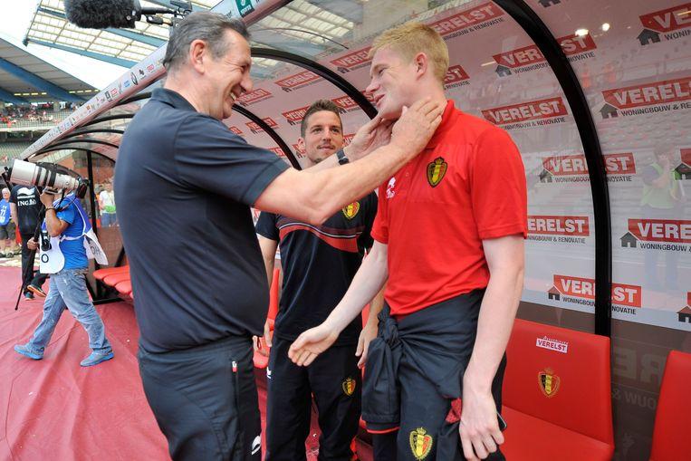 De Tunesische bondscoach Georges Leekens groet Kevin De Bruyne voor een oefenduel in 2014. 'In onmogelijke landen onmogelijke dingen proberen, dat was mijn drijfveer.' Beeld Photo News