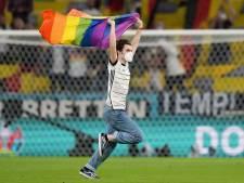Protest veldbestormer met regenboogvlag tijdens volkslied Hongarije