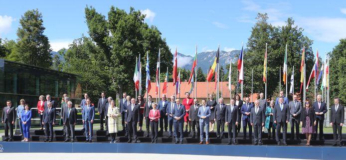 De deelnemers van de ceremonie samen op de foto, zonder Frans Timmermans. De Sloveen Janez Jansa staat rechts van de vrouw met rood-roze jasje, EC-voorzitter Ursula von der Leyen.