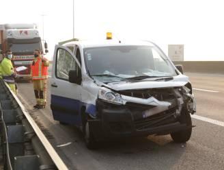 Vrachtwagen en bestelwagen botsen op E17
