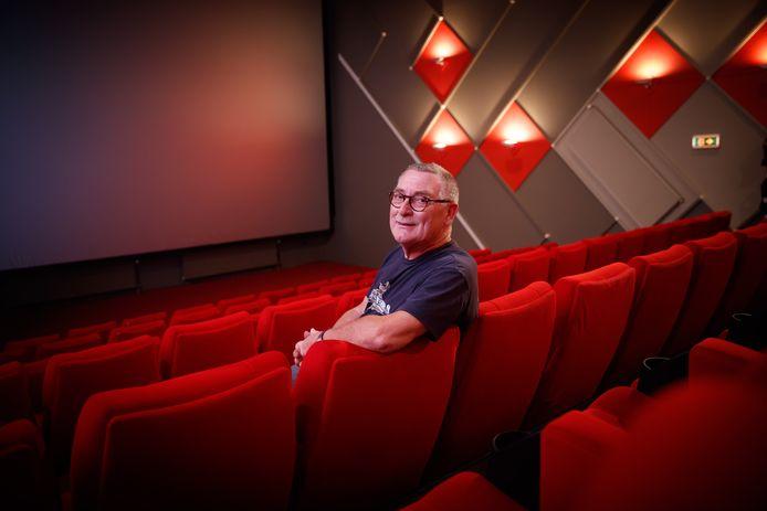 Bioscoopeigenaar Carlo Lambregts is sinds donderdag officieel met pensioen, maar in deze vreemde tijd werkt ie nog even door: 'Ik wil nu vooral helpen en straks, in betere tijden, de zaak netjes overdragen aan de kinderen'