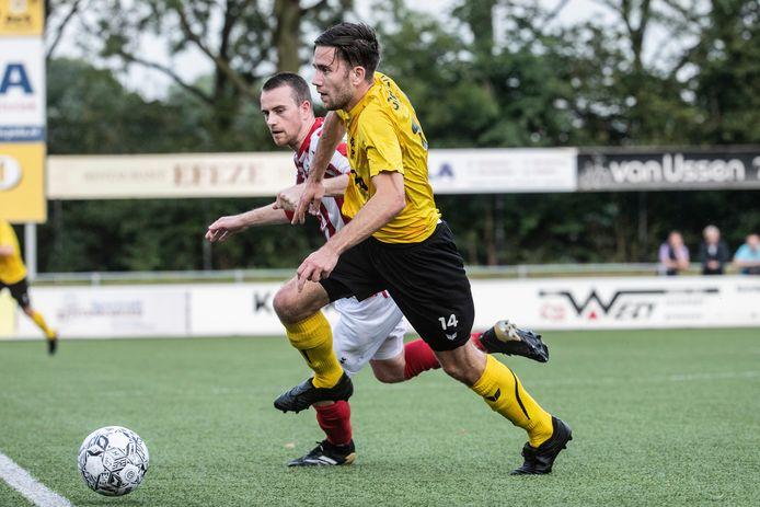 Sven Willems van DCS (nummer 14) wordt op de huid gezeten door een speler van Bennekom.