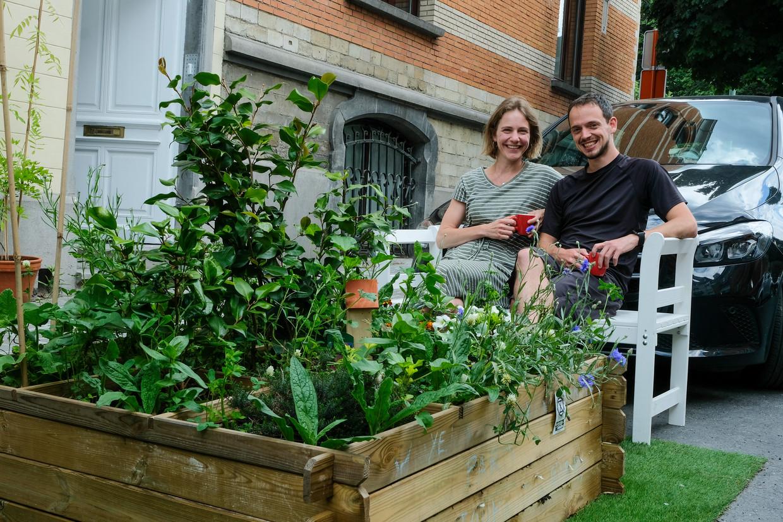 Leen Schelfhout en Xavier Damman plaatsten een houten plantenbak op de lege parkeerplek voor hun garage. Maar dat was woensdagochtend ineens verdwenen.  Beeld Marc Baert