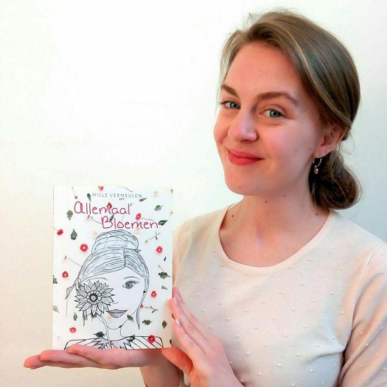 Mille Vermeulen (22) met haar derde werk : 'Allemaal bloemen'.