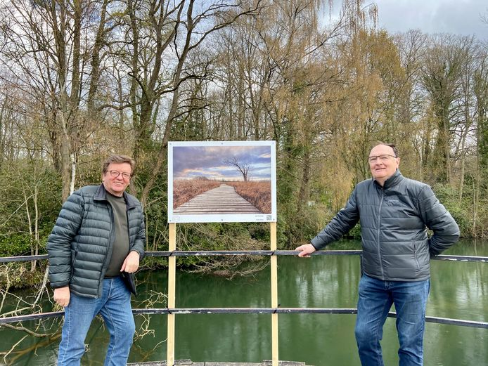 Jan Carsau (links) en Dirk Pollet (rechts) aan Jans foto, één van de tweeëntwintig werken die tentoongesteld worden in het park van Schilde