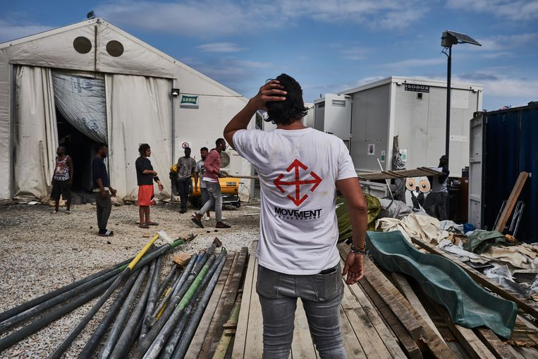 Adil en een inwoner van de Olive Grove halen een container leeg.  Beeld Joris van Gennip