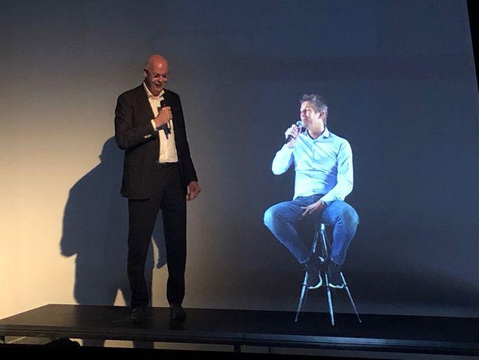 Toon Gerbrands (l) van PSV praat met een hologram, in rechtstreekse verbinding vanuit Amsterdam, van Edwin van der Sar van Ajax.