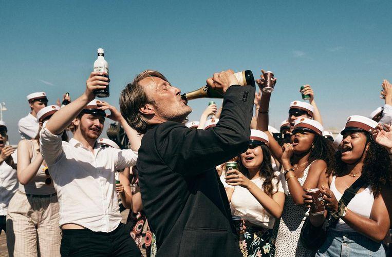 Mads Mikkelsen aan de drank in 'Drunk'. Beeld rv