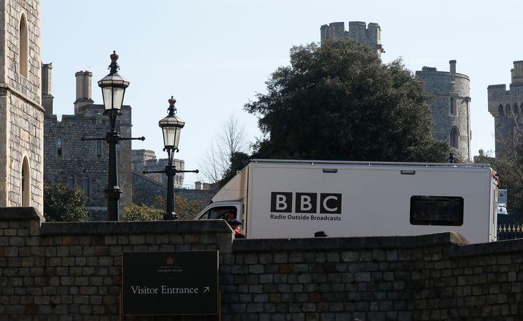 Een BBC-voertuig rijdt Windsor Castle binnen. Zaterdag is hier de uitvaart van prins Philip. Beeld AP