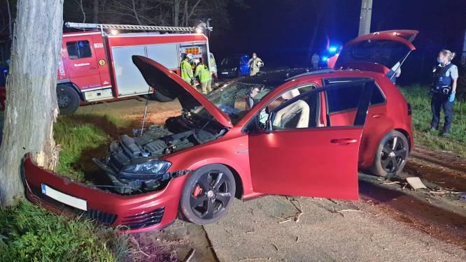 Tiener overleden nadat auto met vijf jongeren tegen boom crasht: bestuurder was onder invloed