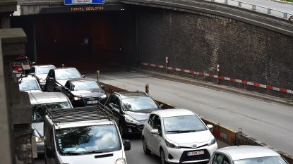 Motorrijder zwaargewond na ongeval in Kruidtuintunnel, autobestuurder rent weg