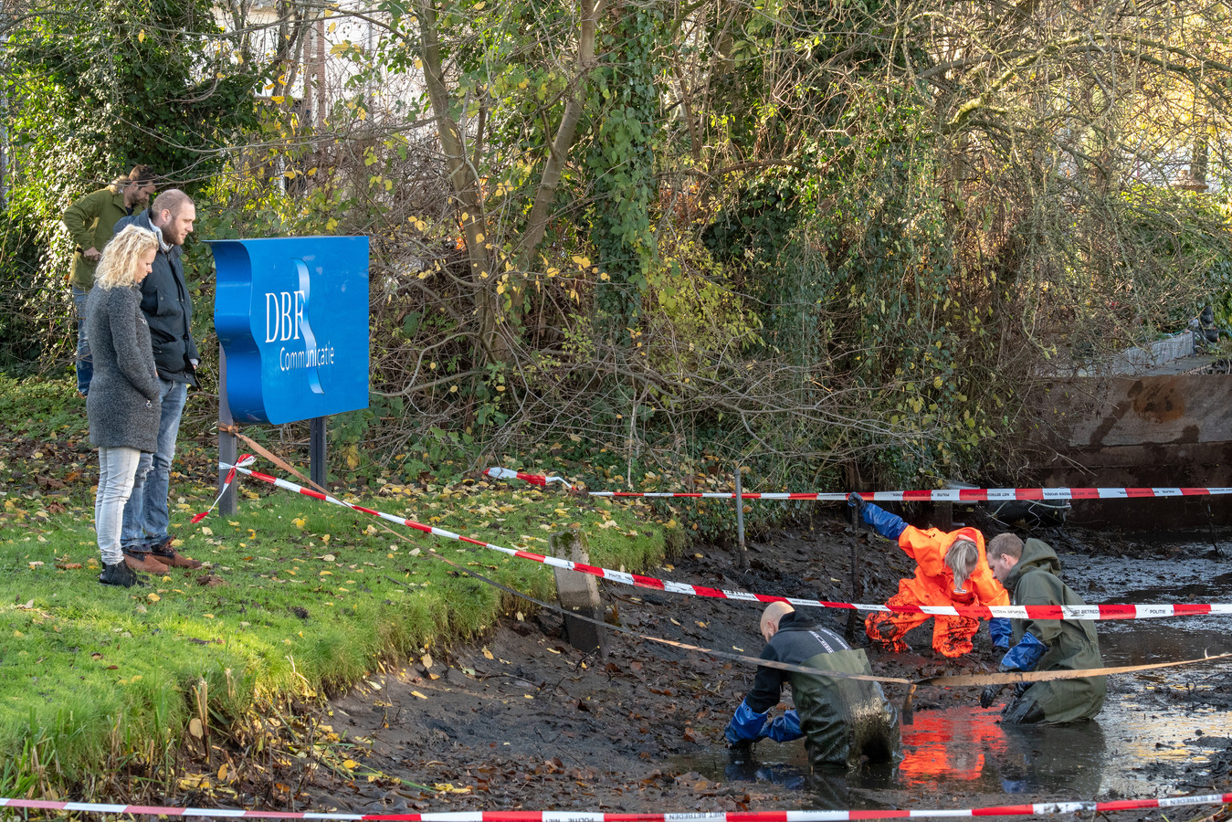 Tijdens het dreggen in de sloot vlakbij het kantoorpand van DBF Communicatie aan de Ondernemingsweg in Alphen, duikelde de politie onder meer een bijl op met dna van Frik.