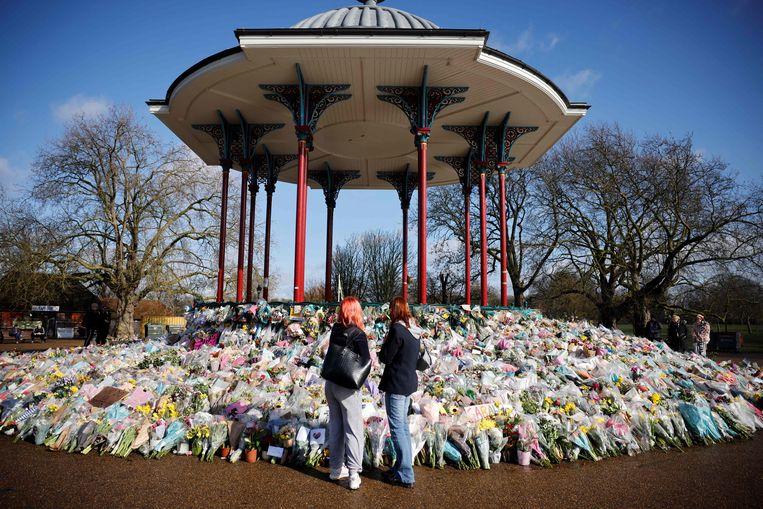 Bloemen worden neergelegd voor Sarah Everard, de jonge vrouw die in Londen op straat werd ontvoerd en vermoord.   Beeld AFP