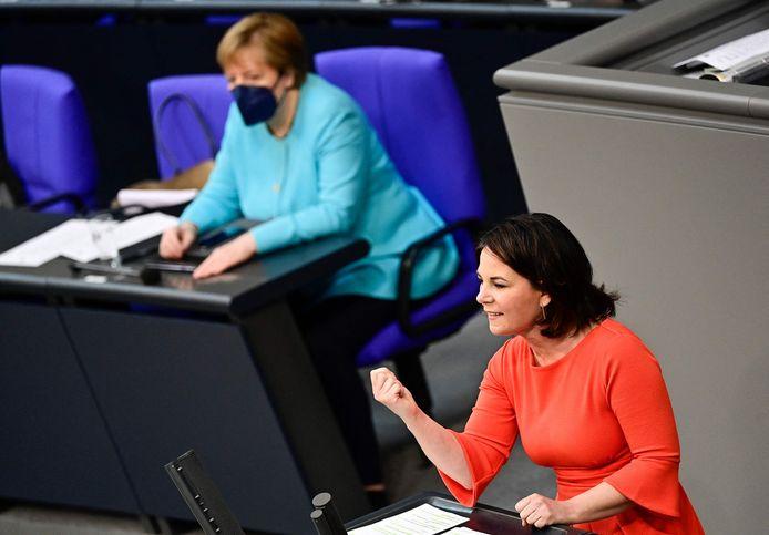 Kanselierskandidate Annalena Bearbock van de Groenen, hier in de Bondsdag in Berlijn met bondskanselier Angela Merkel in de achtergrond.