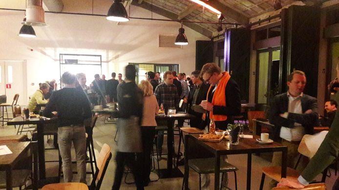 De stembureaus in Altena zijn gesloten. Rond 21.30 uur worden de eerste uitslagen verwacht. In Fort Altena loopt de spanning op.