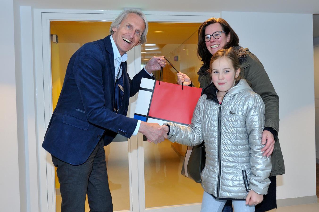 Paul Baltus feliciteert Julie, die samen met haar moeder het museum bezoekt.