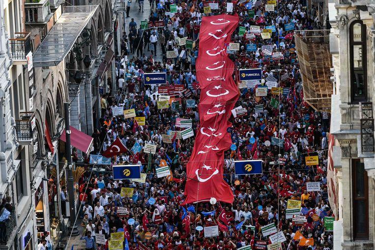 Aanhangers van de Turkse president Erdogan in de straten van Istanbul. Beeld AFP