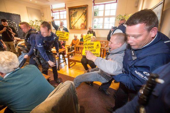 De politie greep in toen de leden van het Taal Aktie Komitee zich misdroegen tijdens de gemeenteraad.