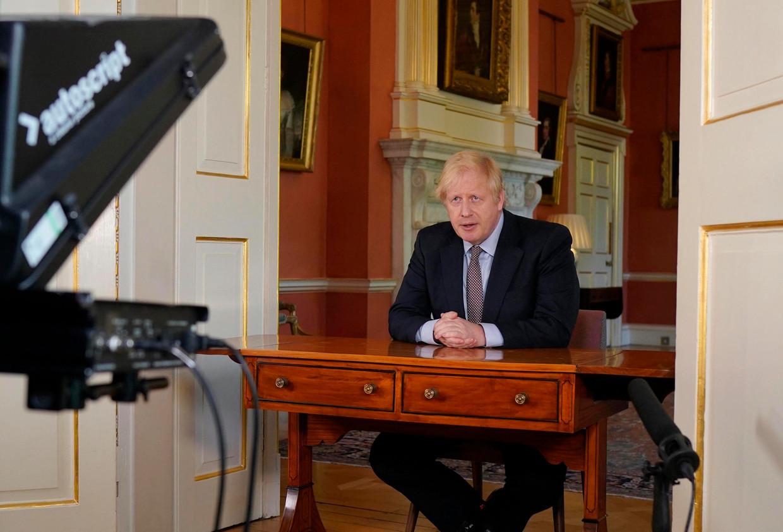 Johnson spreekt de natie toe. Momenteel is hij populair, al is de vraag wat er gebeurt als de economische klappen echt gaan vallen.