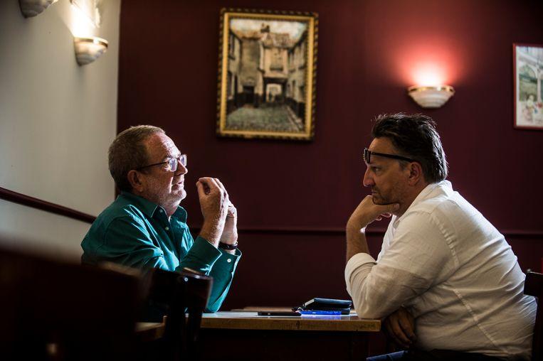 Luckas Vander Taelen (links) in gesprek met De Morgen-journalist Joël De Ceulaer. Beeld Karel Duerinckx