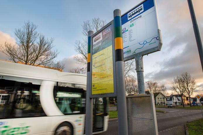 Onvrede bij reizigers van RRREIS. De nieuwe dienstregeling zorgt voor verwarring. Onder meer door de informatieborden van Syntus, die nog altijd bij veel haltes staan op de Veluwe. Zoals in Apeldoorn bij de Zichtweg.