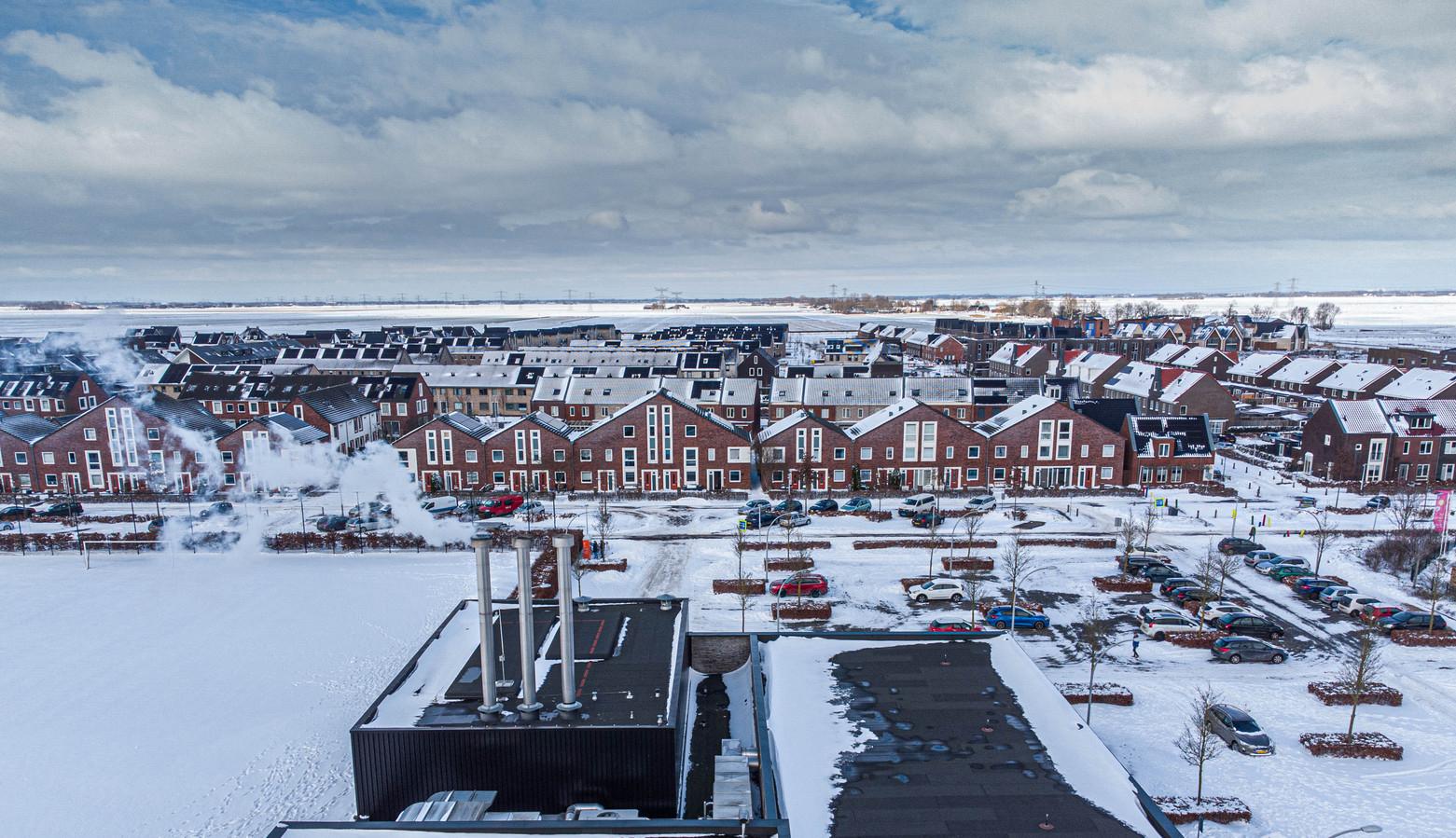Op de voorgrond de biomassacentrale, op de achtergrond de wijk Breecamp die door de installatie van warmte wordt voorzien.