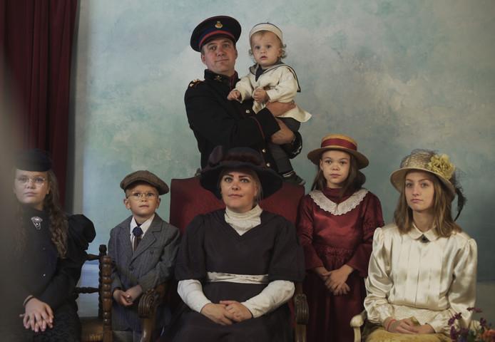 Constant Kusters met familie in klederdracht.