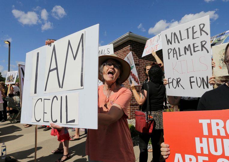 Mensen uiten hun ongenoegen over de dood van Cecil aan de tandartspraktijk van Walter Palmer en protesteren tegen de jacht.