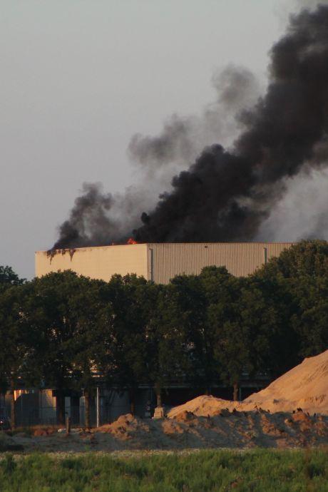 Grote brand bij afvalverwerker ARN in Weurt weer uit, rook was in verre omgeving te zien