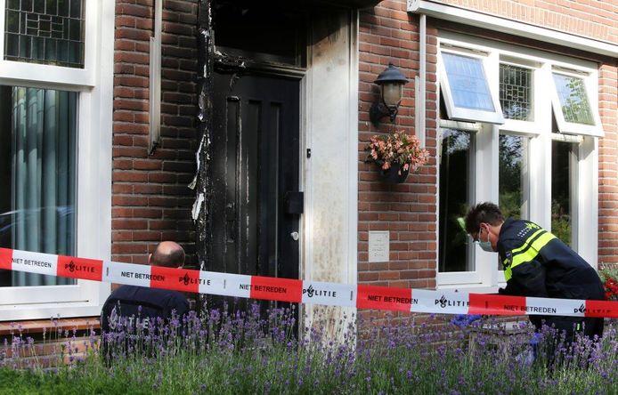 Vorig jaar juni werd de voordeur van het huis in brand getoken.