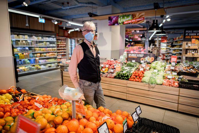 Manager vers André Dwars van supermarkt Coop aan de Ferdinand Bolstraat. De winkel wordt verbouwd en gaat daarom een week dicht.