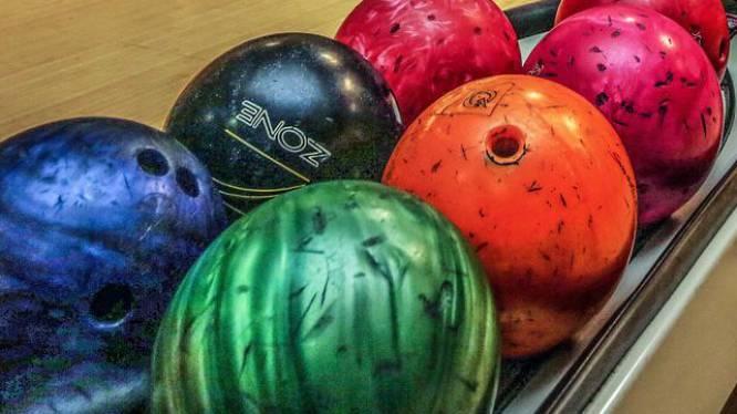 Man vindt 158 bowlingballen onder huis