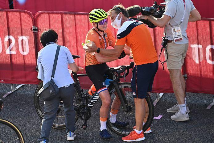Annemiek Van Vleuten hoort na de finish dat ze geen goud, maar zilver heeft gepakt.