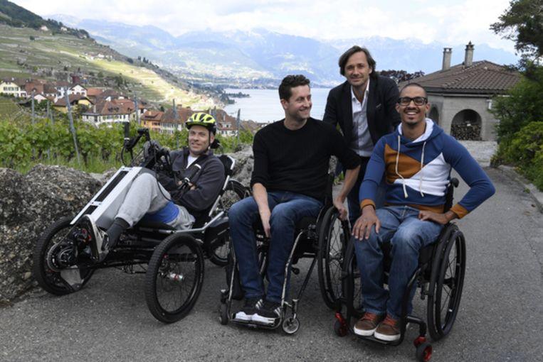 Grégoire Courtine (staand) met drie patiënten: Sebastian Tobler, Gert-Jan Oskam, David Mzee.