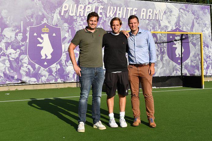 Technisch directeur John Goldberg tussen Laurent De Coster en Arnaud Deltour. De jeugdwerking moet bij Beerschot Hockey een prioriteit worden.