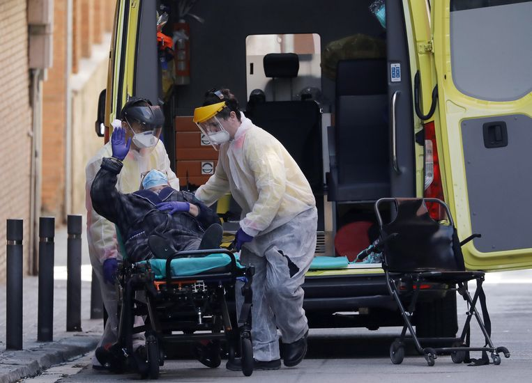 In Spanje vielen officieel al meer dan 13.000 doden, maar mogelijk ligt het werkelijke aantal veel hoger, zeggen sommige regio's. Beeld EPA