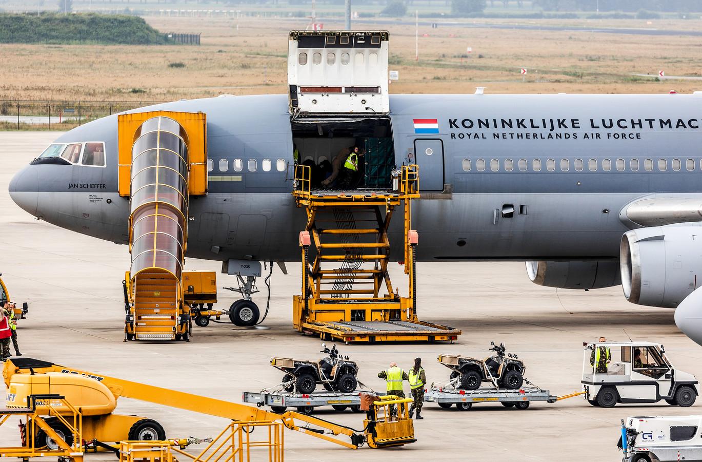 Een vliegtuig van de Nederlandse Luchtmacht wordt geladen met militair materieel.
