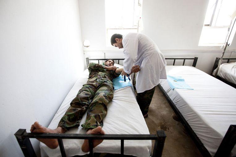 Een arts aan het werk in Afghanistan (ANP) Beeld null