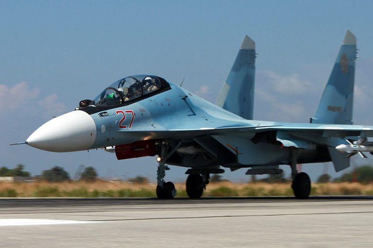 Een Su-34 gevechtsjager op de basis in Syrië van waaruit de Russen bombarderen. Een andere Soechoi, van het type SU-30, kwam zaterdag tot op drie kilometer van een Amerikaans vliegtuig. Beeld epa