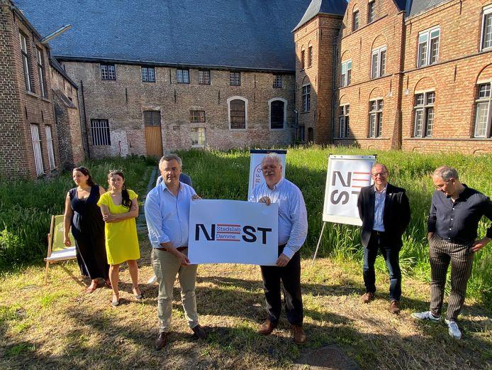 Dams burgemeester Joachim Coens en Brugs schepen Nico Blontrock stellen NEST Stadslab voor.