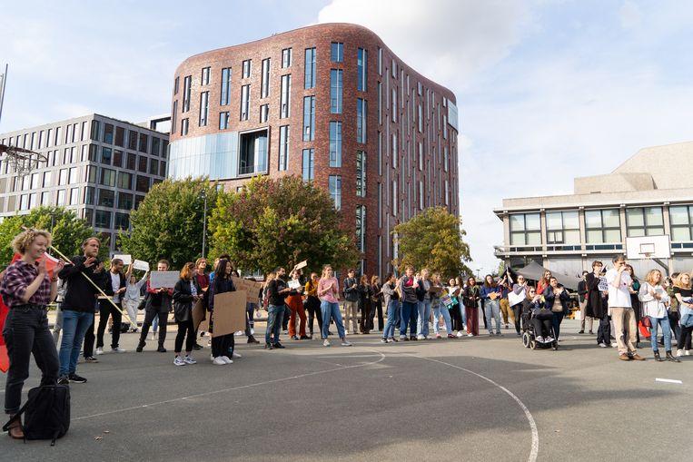 Eind september demonstreerde een groep internationale studenten bij de VU omdat ze zich door de universiteit in de steek gelaten voelen bij het zoeken naar woonruimte.  Beeld Birgit Bijl